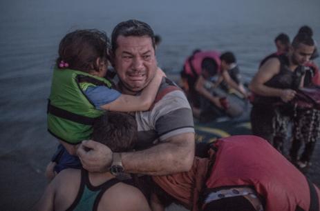syria_familyfleeing